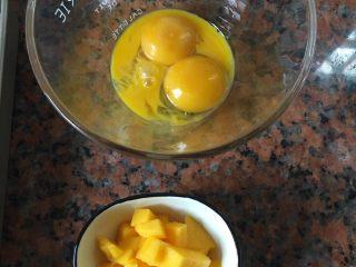 芒果蛋挞,鸡蛋打散,只要蛋黄,芒果切粒