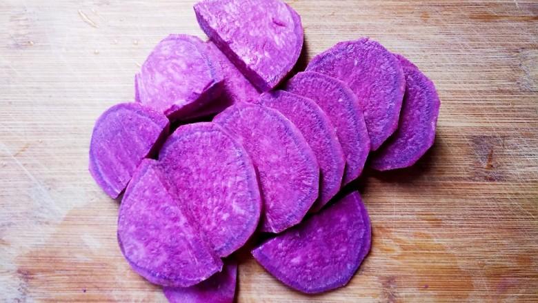 紫薯肉松三明治,将<a style='color:red;display:inline-block;' href='/shicai/ 2643'>紫薯</a>切片。