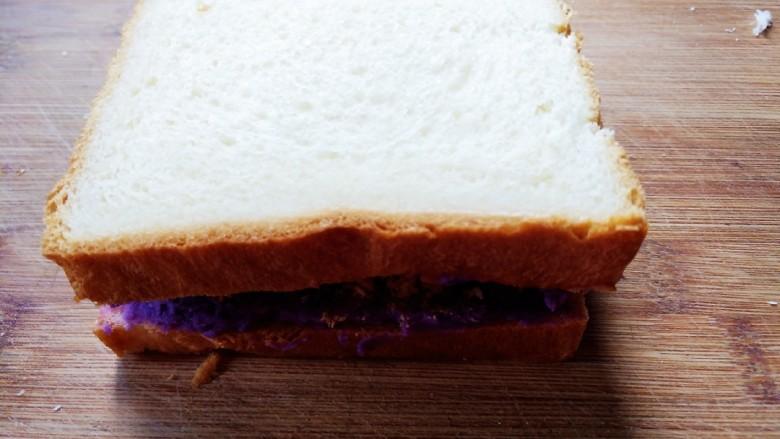 紫薯肉松三明治,将两片吐司合在一起。