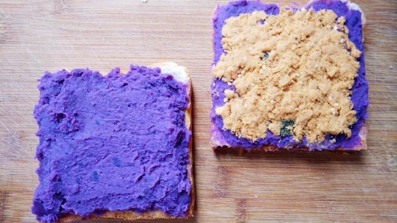紫薯肉松三明治,将另一片吐司也铺上紫薯泥,再在任意一片吐司上铺上<a style='color:red;display:inline-block;' href='/shicai/ 432'>肉松</a>。