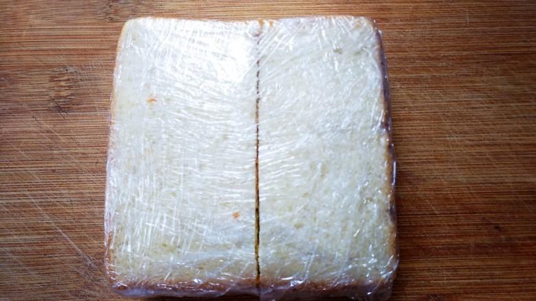 紫薯肉松三明治,裹上保鲜膜,尽量压紧实一些再切哦~