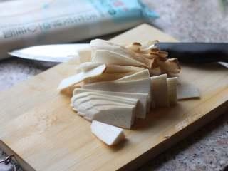 菌菇汤面,杏鲍菇洗干净,切片。