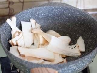 菌菇汤面,放入杏鲍菇。