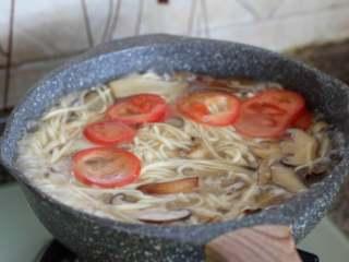 菌菇汤面,放入番茄片。