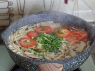 菌菇汤面,面条煮至没有白芯,放一点鸡精(也可不放),放入葱花,关火。