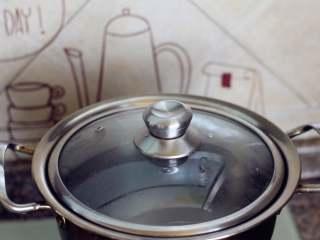 红油拌面,烧半锅水,用来煮面条。