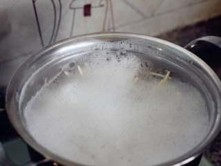 红油拌面,水开之后放入面条。