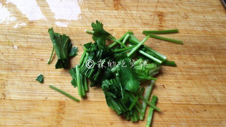 素炒山药  春的山药 清脆又爽口,有香菜的话,可以准备一些,或者小葱也可以,如果都没有那不放也无所谓,毕竟放这个绿色就是为了增加点色彩。