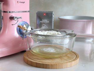 8寸戚风蛋糕,裸蛋糕也要装饰美美的,玉米油中筛入低筋面粉。