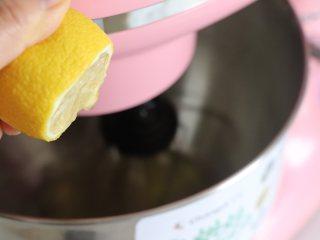 8寸戚风蛋糕,裸蛋糕也要装饰美美的,挤入5、6滴柠檬汁,中速继续打发蛋白到出现大的泡泡,加入1/3的细砂糖。