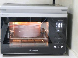 8寸戚风蛋糕,裸蛋糕也要装饰美美的,根据自己的操作时间,记得提前10分钟预热烤箱,150度预热。之后把做好的蛋糕糊,放到长帝烤箱,以150度烘烤50分钟。