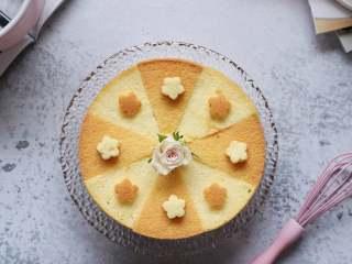 8寸戚风蛋糕,裸蛋糕也要装饰美美的,之前烘焙的正面,切掉一层,蛋糕分成8份,做成颜色相间的一个蛋糕,切掉的顶层,用模具压出小花,摆上装饰即可。