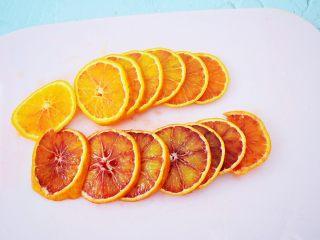 自制水果干,<a style='color:red;display:inline-block;' href='/shicai/ 2296/'>血橙</a>用盐搓洗外皮,再用清水冲洗干净,再切成1-2毫米的片状