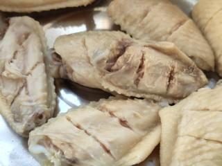 可乐鸡翅,先将鸡翅冷水下锅焯一遍,大约5分钟。 将焯好的鸡翅过一遍凉水洗净,反正面各切两刀,更入味。
