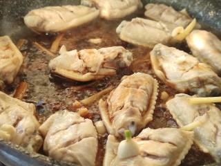 可乐鸡翅,放姜丝和蒜末,倒入料酒和生抽。