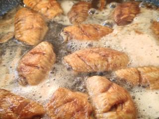 可乐鸡翅,汤汁快收完时倒入可乐和盐,炖上20分钟。