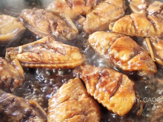可乐鸡翅,然后放入淀粉勾芡,直至汤汁粘稠。