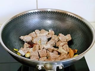 红烧牛肉空心面,再将焯水的牛腩放入锅中煸炒,小火炒至没有水分为止。