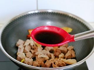 红烧牛肉空心面,加入生抽翻炒均匀。