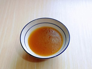 红烧牛肉空心面,盛出一碗牛肉汤备用。