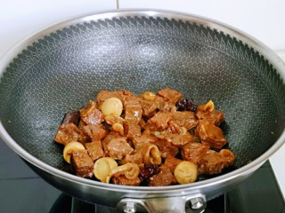 红烧牛肉空心面,之后大火将汤汁收干,这样牛肉就做好啦,盛出备用。(我放了几个鹌鹑蛋,特别好吃呦)
