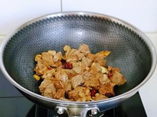 红烧牛肉空心面,保持小火翻炒,使牛腩完全吸收酱汁。