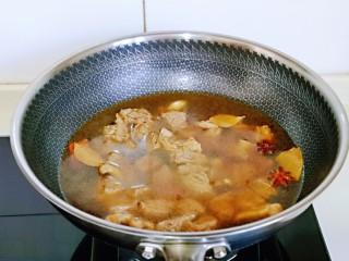 红烧牛肉空心面,加入纯净水,水量一次性加够,因为需要炖的久一点,约炖了40分钟。(时间可以根据自己喜欢的口感增减)
