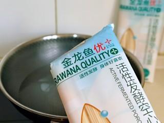 红烧牛肉空心面,开始煮金龙鱼优+活性发酵空芯面啦!锅中加入纯净水烧开,将面条均匀分散下入沸水中。(面的量可以根据个人胃口来)