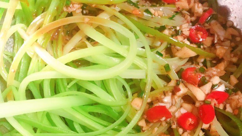 凉拌蒜苔,倒入撕好的蒜苔里