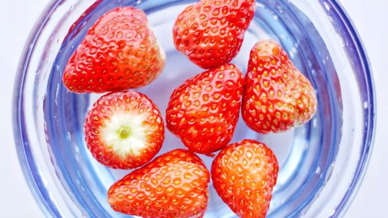 甜糯小可爱草莓大福,草莓去蒂用淡盐水泡5分钟后清洗干净。