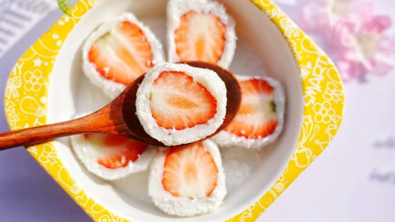 甜糯小可爱草莓大福,软糯的口感下包着一颗酸甜可口的草莓,夹杂着淡淡的奶香,一口下去,水果汁儿都蹦出来了,真的超级过瘾!