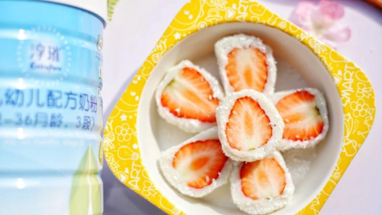 甜糯小可爱草莓大福,白色的外皮和红色的草莓心让这个甜点充满春日的气息,就是不吃,看着都觉得十分美好。