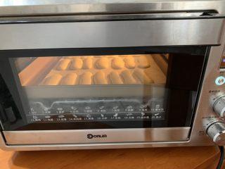 奶香手指饼,烤箱上下火170度,预热5分钟,烤12分钟。