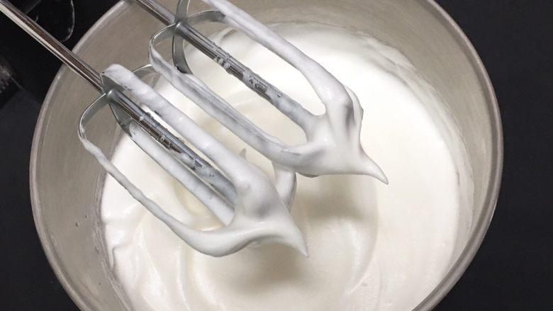 椰蓉蛋糕,继续搅打50圈,再加最后的15克细砂糖。