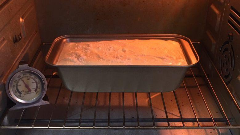 椰蓉蛋糕,烤箱预热至150度,吐司盒送入烤箱,烤制40分钟。