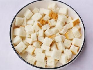 酥脆软滑的蛋奶吐司布丁,土司切小块。