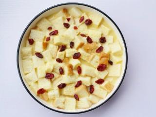 酥脆软滑的蛋奶吐司布丁,最后在表面撒上蔓越莓干。