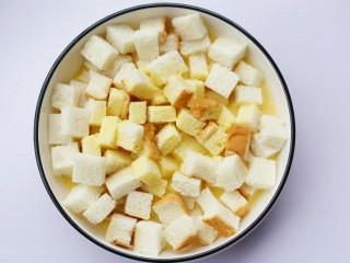 酥脆软滑的蛋奶吐司布丁,让土司丁充分吸收。