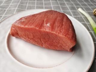 牛肉干,牛肉,切之前一定要看清肉丝纹理,要顺着肉丝的方向切。(这个切牛肉的方法和切熟卤牛肉正好相反)