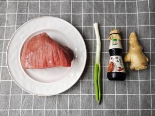牛肉干,准备食材。如果怕麻烦的友友们可以选择方便的<a style='color:red;display:inline-block;' href='/shicai/ 146117/'>卤水汁</a>,就不用再加其他调料了。