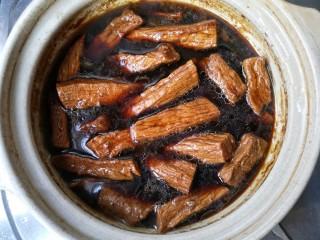 牛肉干,焖煮好的牛肉在卤汁里浸泡一夜更好的入味。