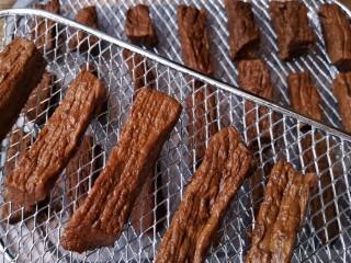 牛肉干,将焖煮好浸泡入味的牛肉沥干卤汁摆放在干果机的网架上。