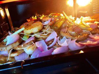 烤箱版烤鱼,10.鱼烤好之后,加入炒好的配菜,入烤箱再烤15分钟就可以了
