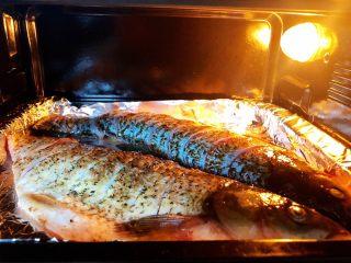 烤箱版烤鱼,5.烤盘上铺上锡纸,放入腌好的鱼,刷一层油,入烤箱上下火220度,烤30分钟左右(锡纸哑光面接触到鱼)