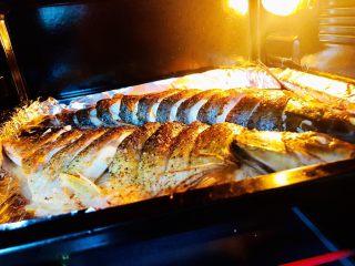 烤箱版烤鱼,6.烤鱼的过程中,可以炒一下配菜