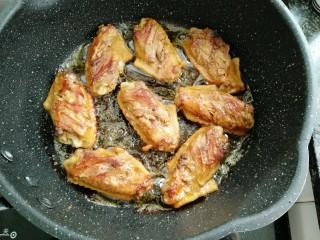 菠萝鸡翅,煎制五分钟后复煎另一面