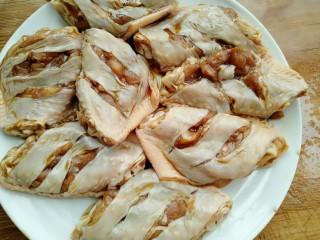 菠萝鸡翅,把腌制好的鸡翅挤干水分