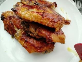菠萝鸡翅,把煎好的的鸡翅夹出来备用