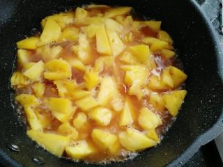 菠萝鸡翅,倒入半碗水煮三分钟