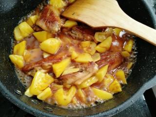 菠萝鸡翅,放入鸡翅老抽煮两分钟即可出锅